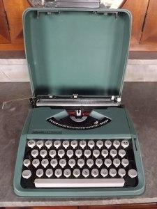 maquina-de-escrever-olivetti-lettera-82-verde-c-capa-472111-MLB20487177990_112015-F